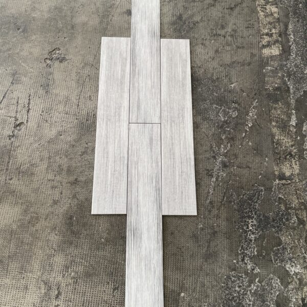 piastrella effetto legno chiaro